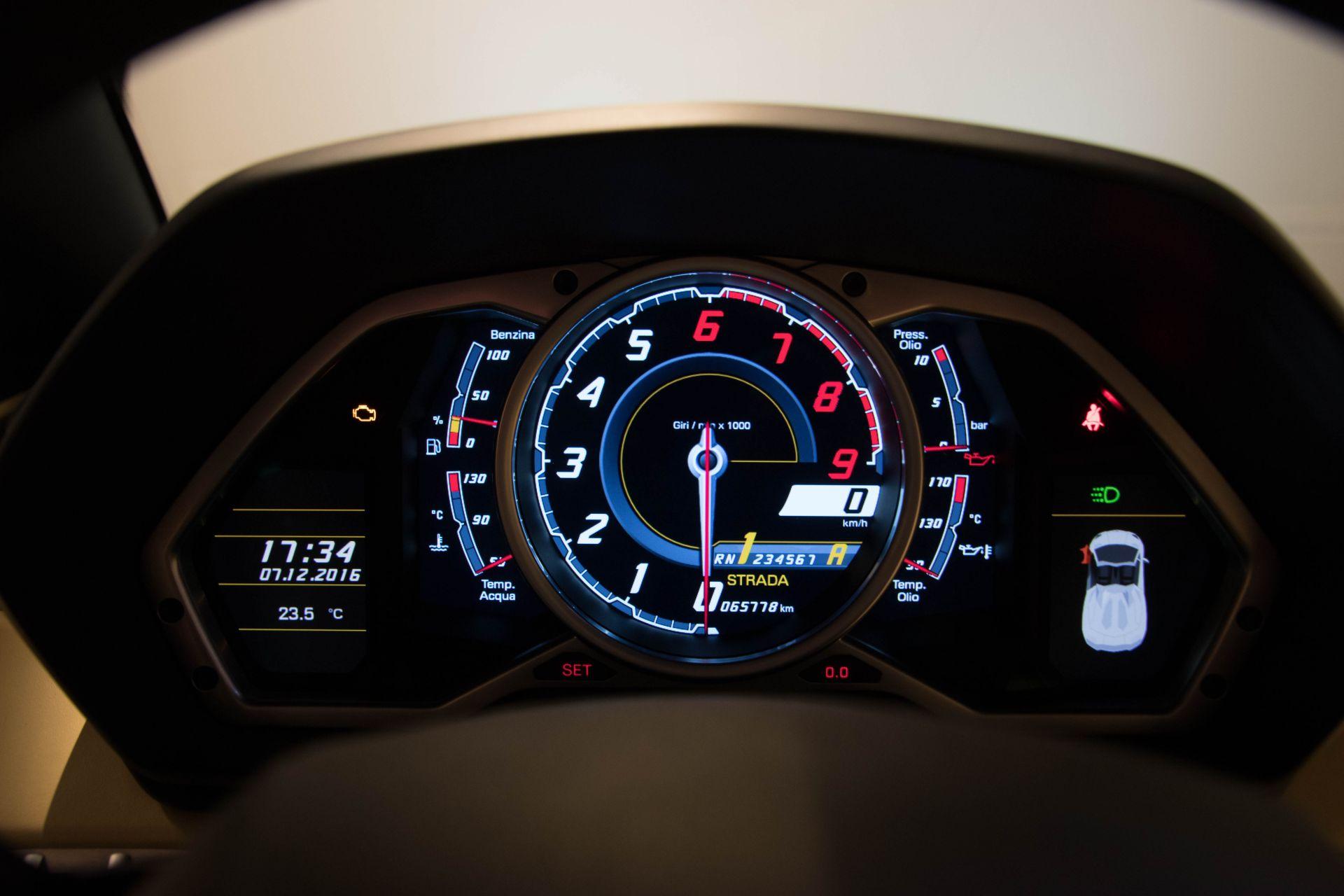 2014 Lamborghini Aventador Roadster  3811